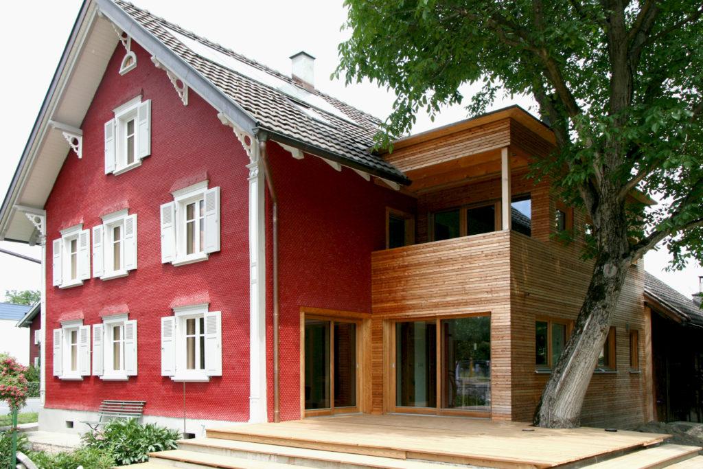 Ein typisches Rheintalhaus nach der nachverdichtenden Sanierung. Foto (c) Hassler Architektur.