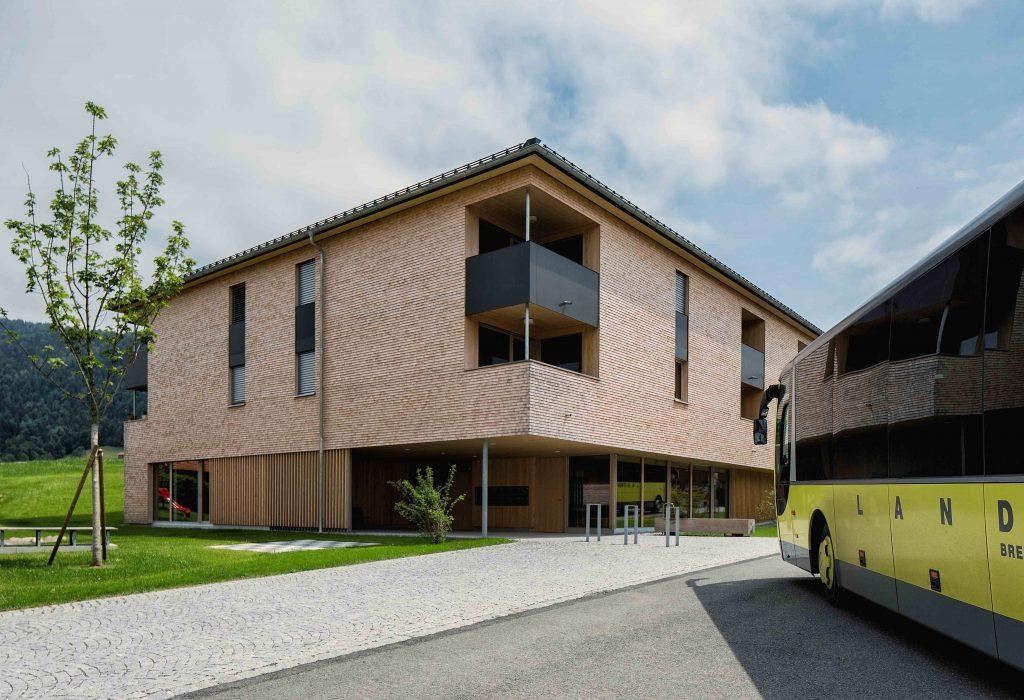 Das Generationenhaus im Zentrum von Krumbach ist eines von fünf neuen Gebäuden im Zentrum, die höchste Energiestandards erfüllen. Das macht die Gemeinde zum Passivhaus-Weltmeister. Bildnachweis: Markus Gmeiner