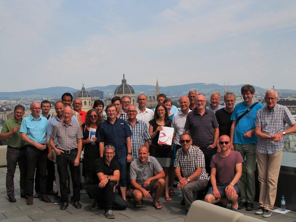 Die TeilnehmerInnen der e5-Exkursion 2017 auf dem TU-Gebäude
