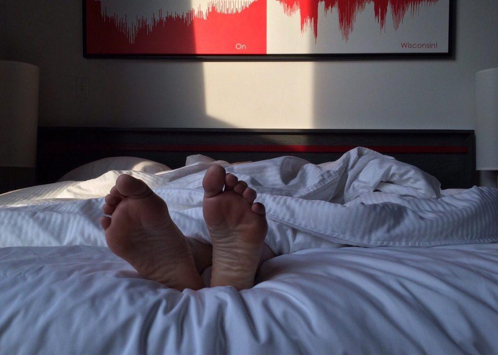 Im Schlafzimmer sollte vor und nach dem Schlafen - und idealerweise kurz danach ein zweites Mal gelüftet werden. Bild: wokandapix pixabay.de