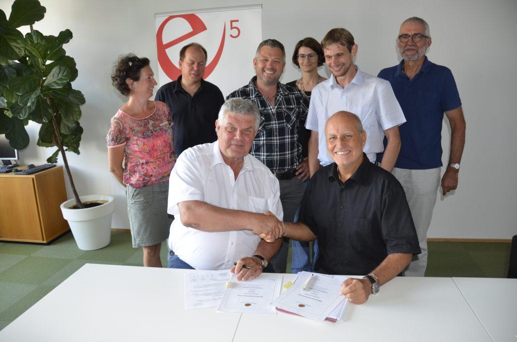 Bludenz ist e5-Gemeinde. Bürgermeister Mandi Katzenmayer und e5-Programmleiter Karl-Heinz Kaspar bei der Unterzeichnung der Basisvereinbarung.
