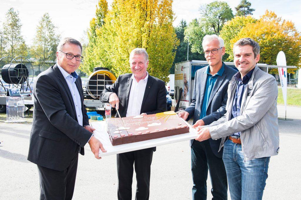 Grund zum Feiern beim 15. Solar- und Wärmepumpentag in Bregenz (von links): illwerke-vkw-Vorstand Helmut Mennel, Energie-Landesrat Erich Schwärzler, Energieinstitut-Geschäftsführer Josef Burtscher und Martin Seeberger (illwerke vkw).