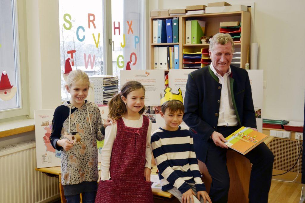 Energieautonomie begreifen: Landesrat Erich Schwärzler mit Kindern der Volksschule Schwarzach