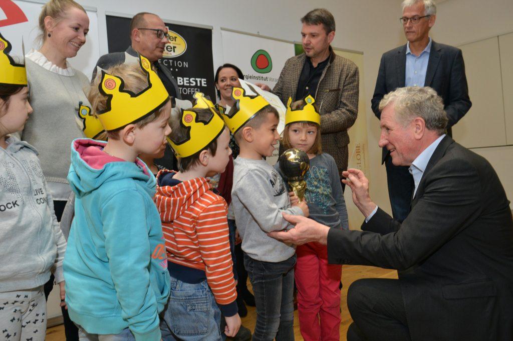 Erich Schwärzler freut sich mit den Lustenauer Kindergartenkindern über den Energy Globe 2018. Bildnachweis Foto Serra.