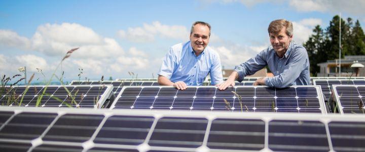 Der Sulzberger Bürgermeister Helmut Blank und sein Gemeindesekretär Erwin Steurer sind stolz auf die gemeindeeigenen PV-Anlagen. Bild: Energieinstitut Vorarlberg/Markus Gmeiner