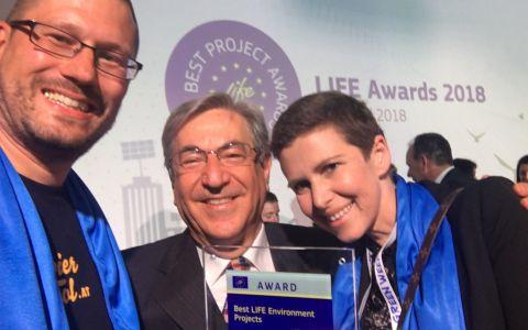 """EU-Umweltkommissar Karmelu Vella freut sich mit Karin Feurstein-Pichler und Wolfgang Seidel über ein erfolgreiches LIFE-Projekt, nämlich """"Probier amol""""."""