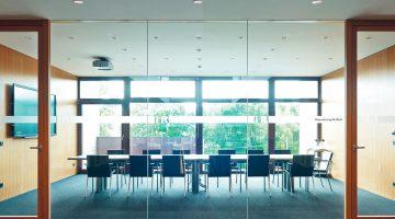 Angenehm klimatisierte Räume dank Freecooling und Sonnenschutz im Low-Tech Bürogebäude der i+R Gruppe. Bildnachweis: i+R Gruppe