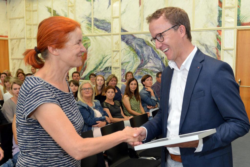 Landesrat Christian Gantner bedankt sich bei den engagierten Pädagoginnen, die den Kindern kreativ und engagiert die Energieautonomie näher gebracht haben. Bildnachweis: A. Serra