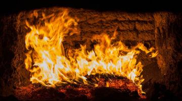 Auf dem Bild zu sehen, ist ein Feuer in einem Kaminofen. copyright Gmeiner