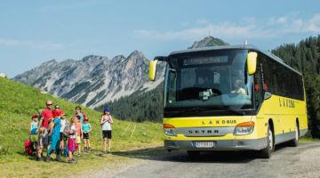 Bus auf Landstraße; copyright Gmeiner