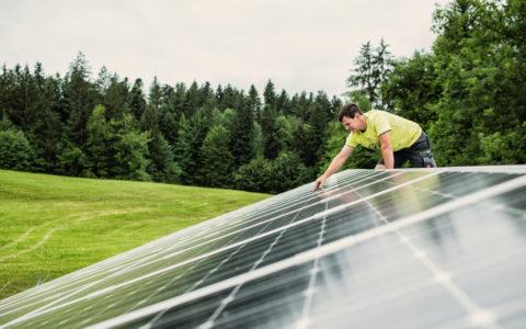 Photovoltaik anlage wird von Techniker gewartet; copyright Gmeiner