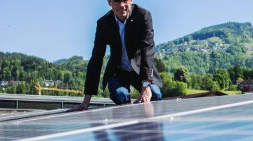 Bürgermeister Kilian Tschabrun freut sich über jede PV-Anlage in Zwischenwasser. Bildnachweis: Markus Gmeiner