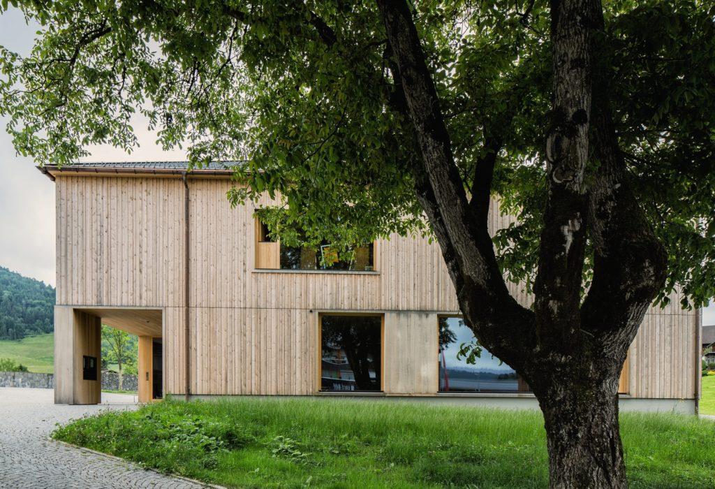 Das Pfarrhaus in Krumbach ist Impulsgeber und Ikone des nachhaltigen Bauens in Vorarlberg. Und die Gemeinde Passivhaus-Weltmeister. Bildnachweis: Markus Gmeiner
