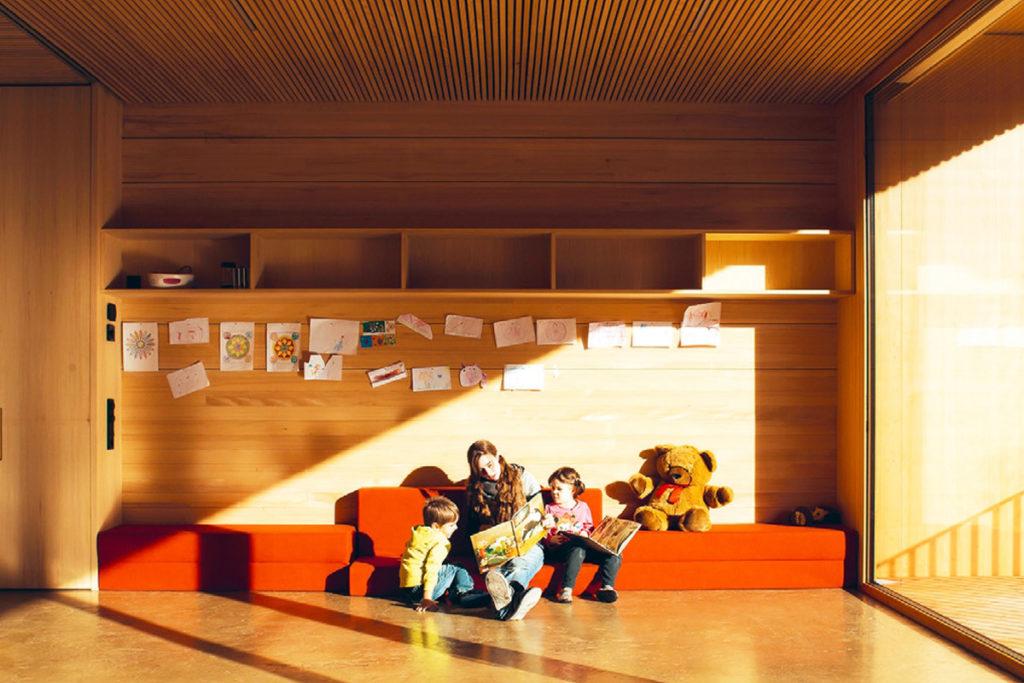 Fantastische Atmosphäre im Kindergarten Muntlix durch Lehm undHolz. Bild: Robert Fessler