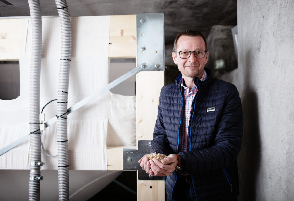 Thomas D. aus Dornbirn hat seiner Mama Marlies bei der Umstellung auf eine Pelletsheizung geholfen. Bildnachweis: Energieinstitut Vorarlberg/Markus Gmeiner.