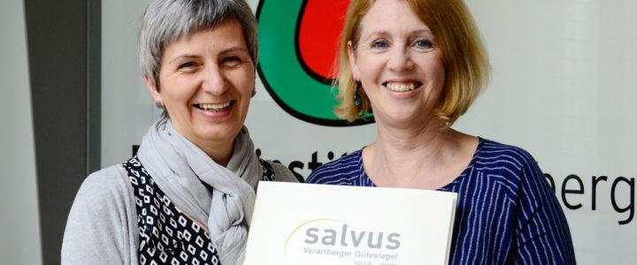 Beatrix Dold und Waltraud Travaglini-Konzett mit dem Salvus 2019 für das Energieinstitut Vorarlberg.