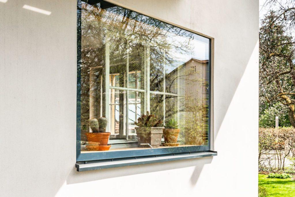Ein Highlight: Die nahezu bündigen Vorfenster. Sie bringen die dahinterliegenden Originalfenster optisch ansprechend und durch ihren Klappmechanismus auch äußerst praktisch auf den energetischen und schalltechnischen Stand der Zeit.