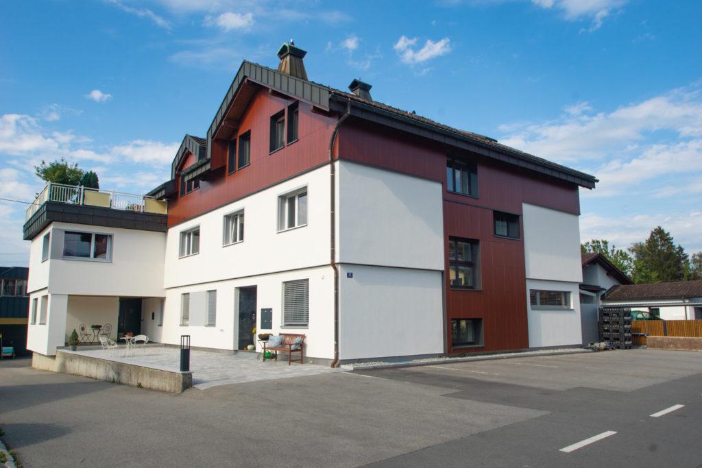 Das Ergebnis: Aus dem ehemaligen Wohn- und Betriebsgebäude von Entner Dach ist ein Mehrgenerationenhaus mit Wohnraum für fünf Parteien entstanden. Foto: Entner
