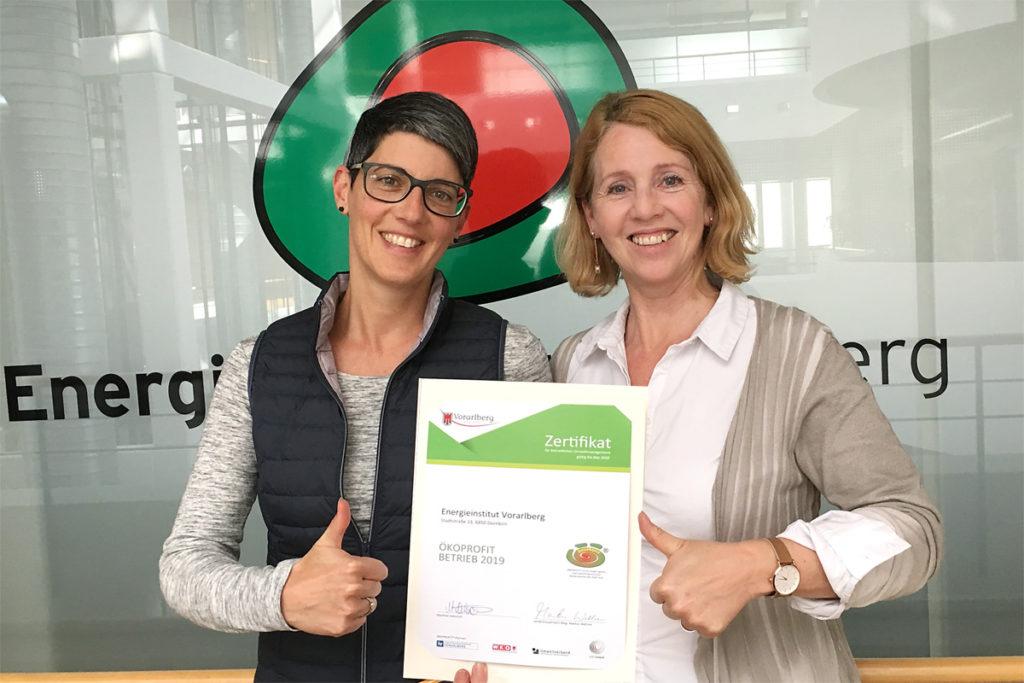 Susanna Ajkovic und Waltraud Travaglini-Konzett mit dem Ökoprofit-Zertifikat 2019 für das Energieinstitut Vorarlberg.