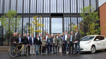 Vom Auto auf Rad & CO: Die Mitglieder im 13 Leitbetriebe umfassenden Netzwerk Wirtschaft MOBIL wollen 1.000 Autopendlerinnen und Autopendler zur vermehrten Nutzung alternativer Verkehrsmittel bewegen.