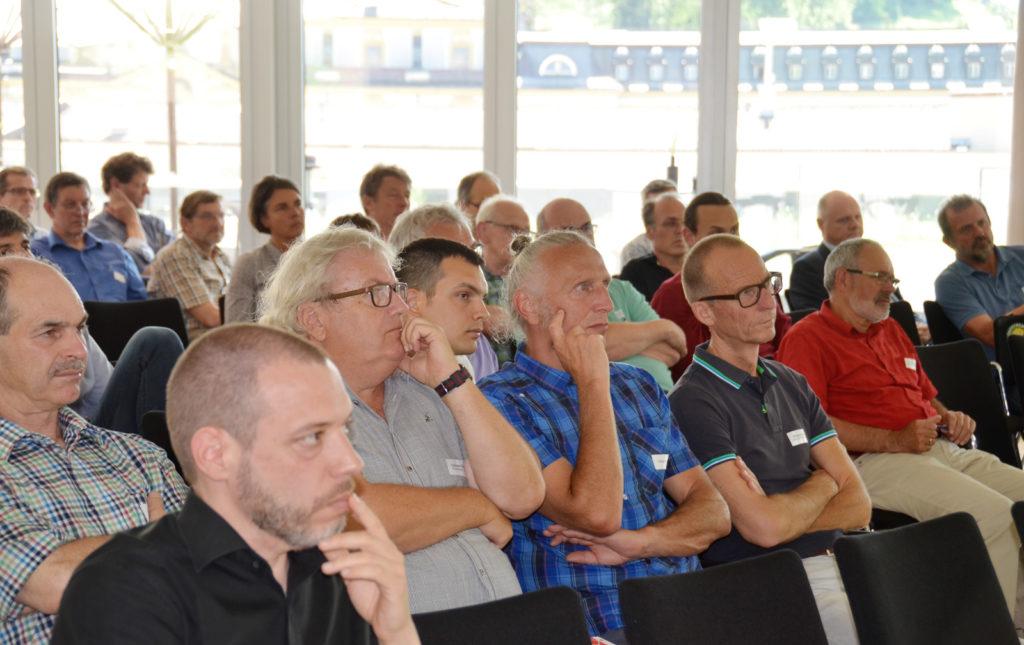 """Konzentriertes Publikum beim Fachkongress """"Innovative Stromanwendungen im Wohnbau"""" 2019."""