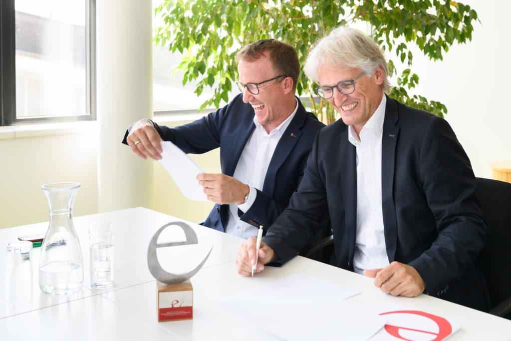 Bürgermeister Paul Sutterlüty und Landesrat Christian Gantner haben gut lachen: Egg macht sich auf den Weg zur Energieautonomie. Bild: Matthias Rhomberg