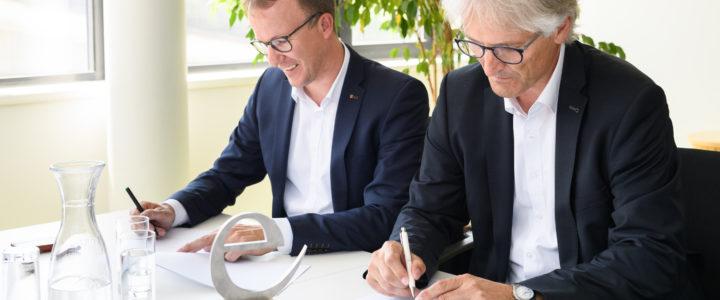 Die Gemeinde Egg ist als 47. Gemeinde dem e5-Programm beigetreten. Energieinstituts-Obmann Christian Gantner und Bürgermeister Paul Sutterlüty haben die entsprechende Vereinbarung unterzeichnet. Bild: Matthias Rhomberg
