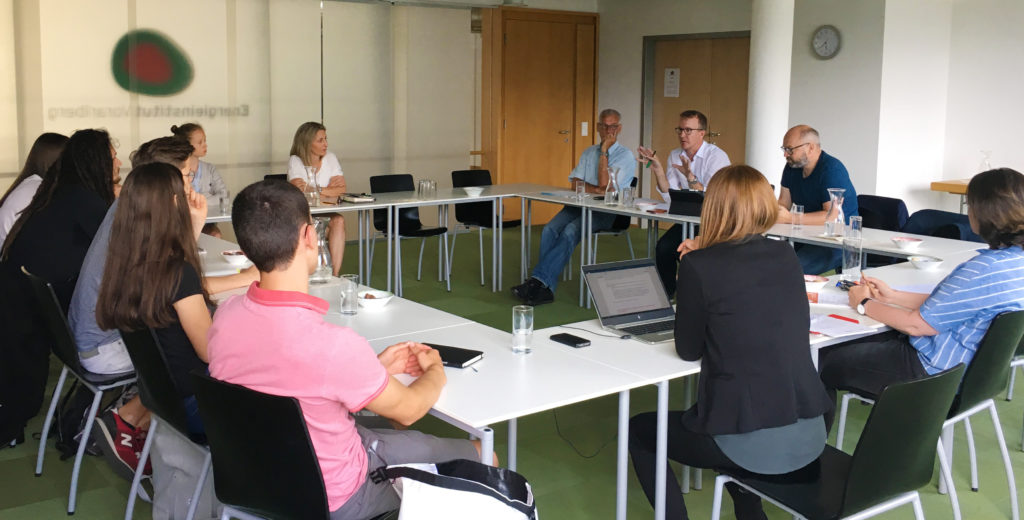 Christian Gantner, Josef Burtscher und Christian Vögel in der Diskussion mit den jungen Gästen.