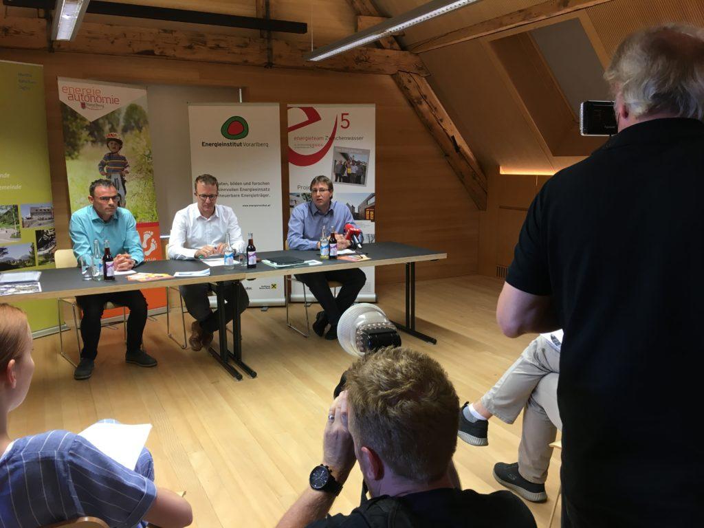 Pressekonferenz in Zwischenwasser: Vorarlbergs Gemeinden sind Spitzenreiter im Ausbau von Photovoltaik-Anlagen.
