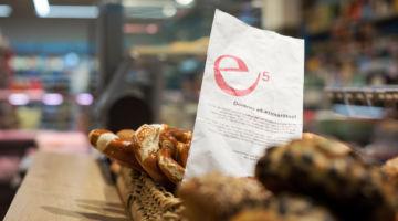 Das Bild zeigt ein e5-Brotsäckchen in einem gefüllten Brotkorb.