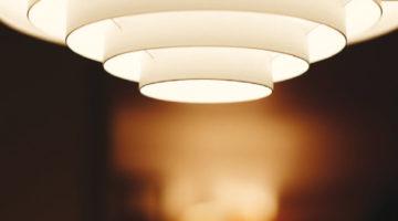 Behaglich: gerichtetes Licht in warmer Lichtfarbe. Bild: StockSnap auf Pixabay