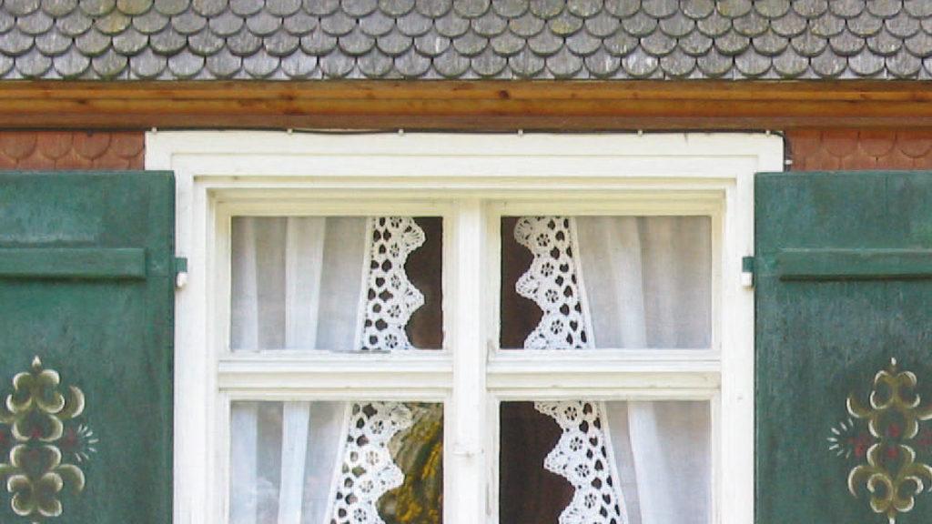 Von alters her bekannt: Ein kleiner Vorsprung reicht, um das Fenster vor den gröbsten Witterungseinflüssen zu schützen. Bild: Pixelot - stock.adobe.com