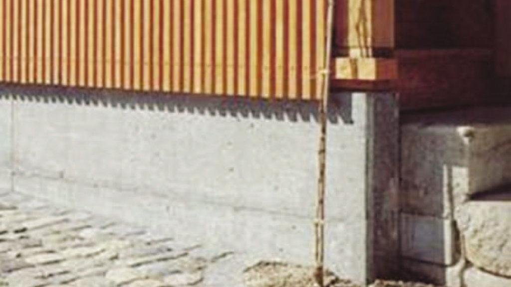 Durch den Betonsockel vor Feuchtigkeit geschützt, hält die Holzfassade deutlich länger.