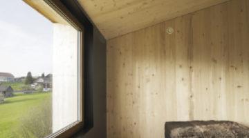 Tiefe Leibungen schützen das Fenster vor Verwitterung und sorgen im Sommer bei hochstehender Sonne für Verschattung.