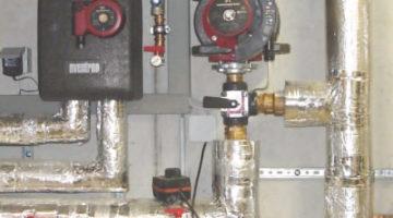Leitungen sollen übersichtlich und mit möglichst kurzen Längen verlegt und Warmwasserleitungen gut gedämmt werden.