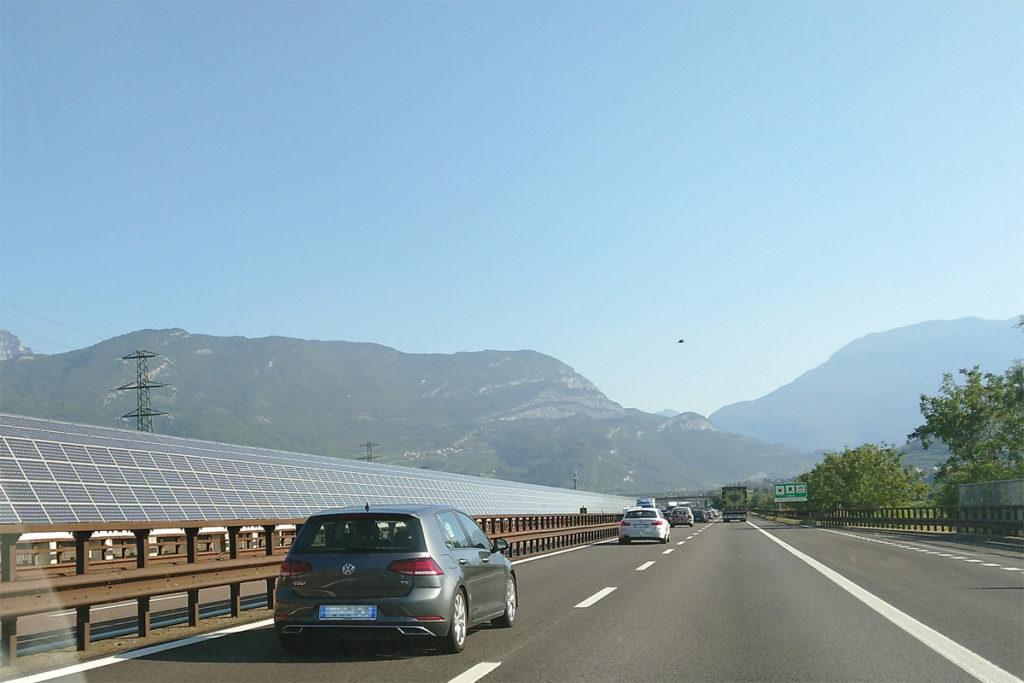 Photovoltaik-Module an Lärmschutzwänden auf der Autobahn bei Sterzing (IT).