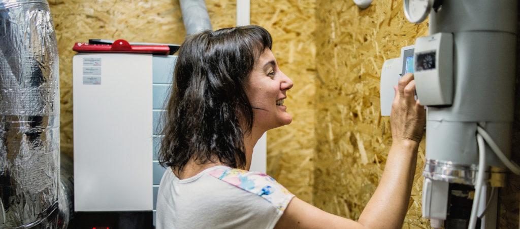 Das Foto zeigt eine Frau, die eine Heizungsanlage steuert. Das Foto soll veranschaulichen, dass Götzis den Energieverbrauch jährlich um 1% reduzieren möchte.