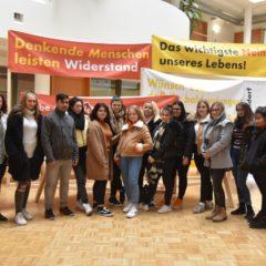 """Schülerinnen und Schüler beim Besuch der Ausstellung """"40 Jahre Zwentendorf"""" mit Hildegard Breiner im Energieinstitut Vorarlberg."""