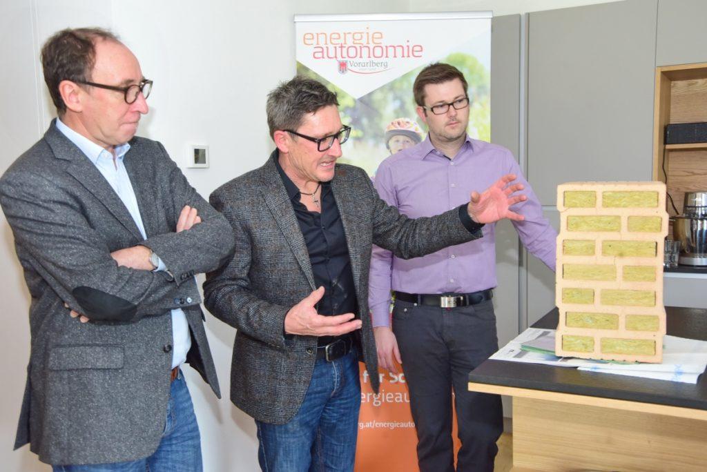 Bauträger Gerhard Müller (Müller Wohnbau) erläutert die Materialwahl als Grundlage gesunden Bauens und Wohnens. Bild: Werner Micheli