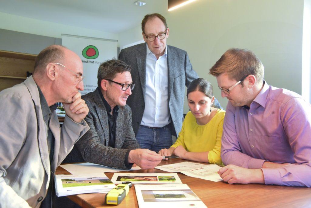 Gut geplant ist halb gebaut - insbesondere beim nachhaltigen Bauen. Gerhard Müller erläutert seinen ganzheitlichen Ansatz: Plusenergie, möglichst schadstofffrei, trennbar und flexibel. Bild: Werner Micheli