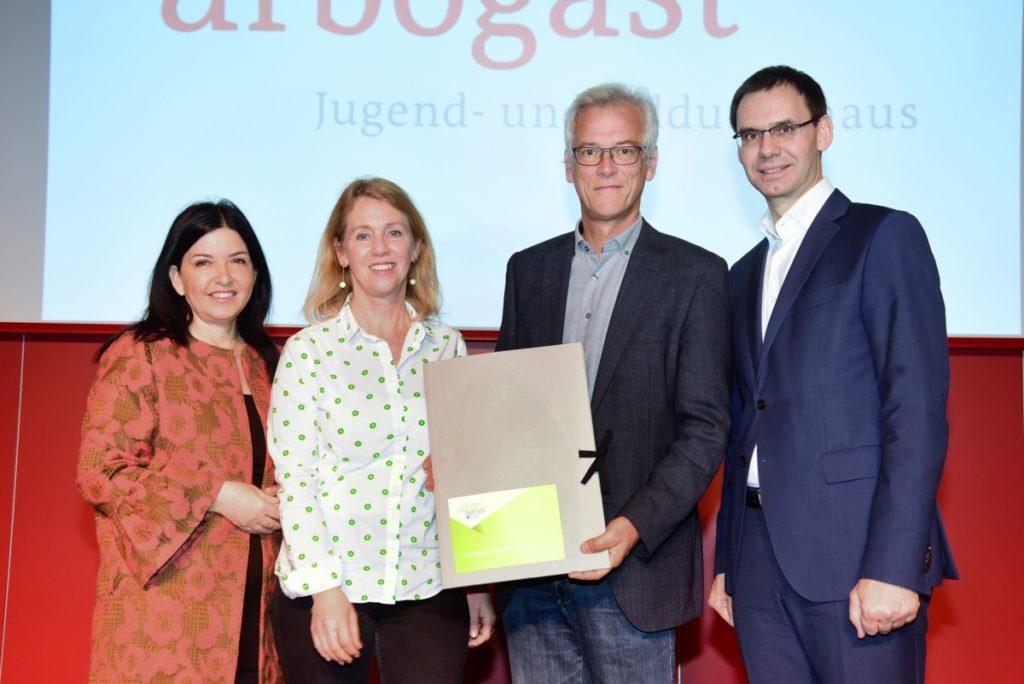 Michaela Auer und Landshauptmann Markus Wallner übergeben dem Energieinstitut Vorarlberg die erstmalige Zertifizierung zum Familienfreundlichen Betrieb. Bild: Werner Micheli