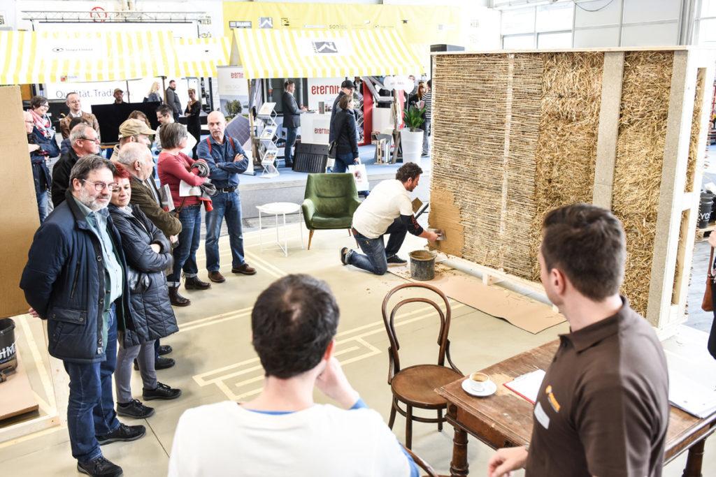 """Mehrmals täglich finden in der Sonderausstellung """"Bau mit Lehm"""" auf der com:bau Vorführungen verschiedener Lehmbautechniken zum Anfassen statt. Bild: Udo Mittelberger"""