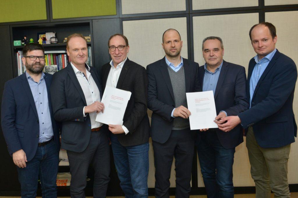 Vier Bürgermeister aus der Energieregion Vorderwald übergeben die Petition für mehr Landesunterstützung im Ausbau von Radinfrastruktur und der Verkehrsberuhigung in Ortszentren. Bild: A. Serra