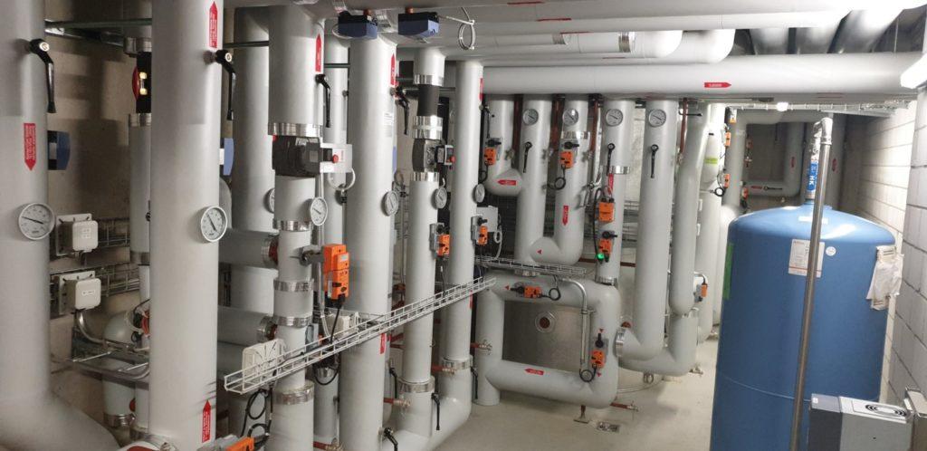 Die Rohrleitungen in dem Technikraum des energieautarken Mehrfamilienhaus