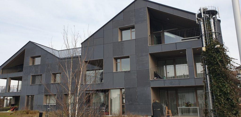 Südansicht des energieautarken Mehrfamilienhaus in Brütten (CH).