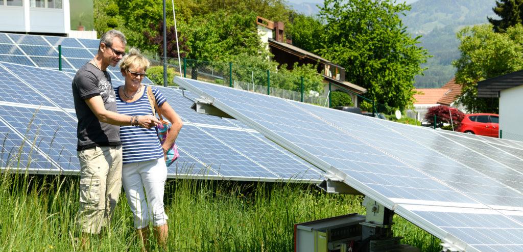 Eine Frau und ein Mann besichtigen die große Photovoltaikanlage beim Hochbehälter in Göfis, welche durch eine Bürgerbeteiligung errichtet wurde.