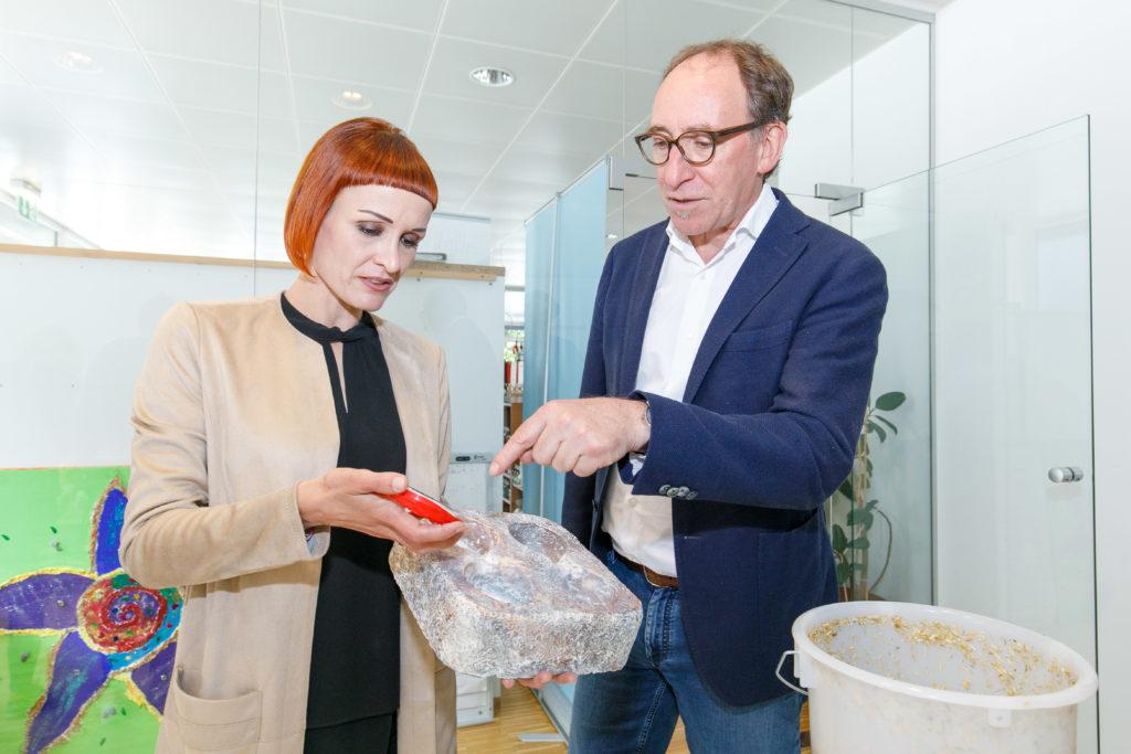 Uni Sapon-Geschäftsführerin Marion Reichart zeigt die Energy Globe-prämierte Pilzverpackung. Bild: Landespressestelle/Bernd Hofmeister