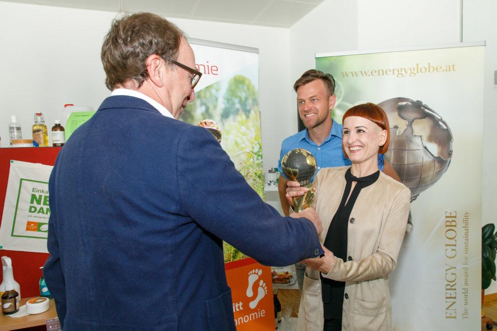 Energieinstituts-Obmann LR Johannes Rauch übergibt den Energy Globe 2020 an Uni Sapon. Bild: Landespressestelle/Bernd Hofmeister