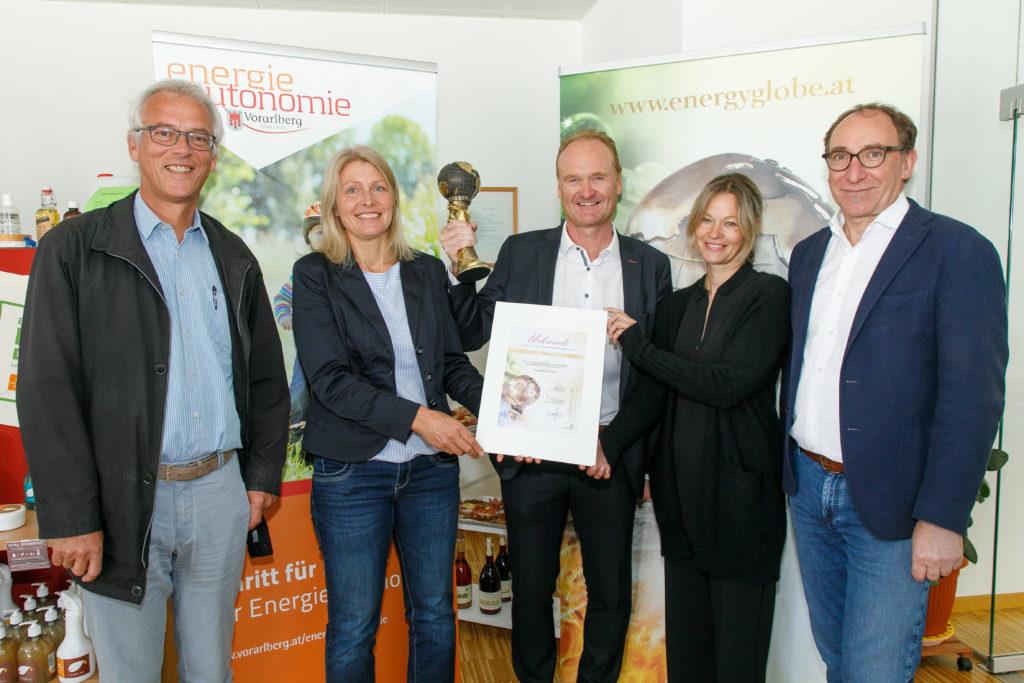 Und mit Guido Flatz freuen sich Monika Forster (Projektleiterin Energieregion Vorderwald) und Christiane Eberle (Projektteilnehmerin). Bild: Landespressestelle/Bernd Hofmeister