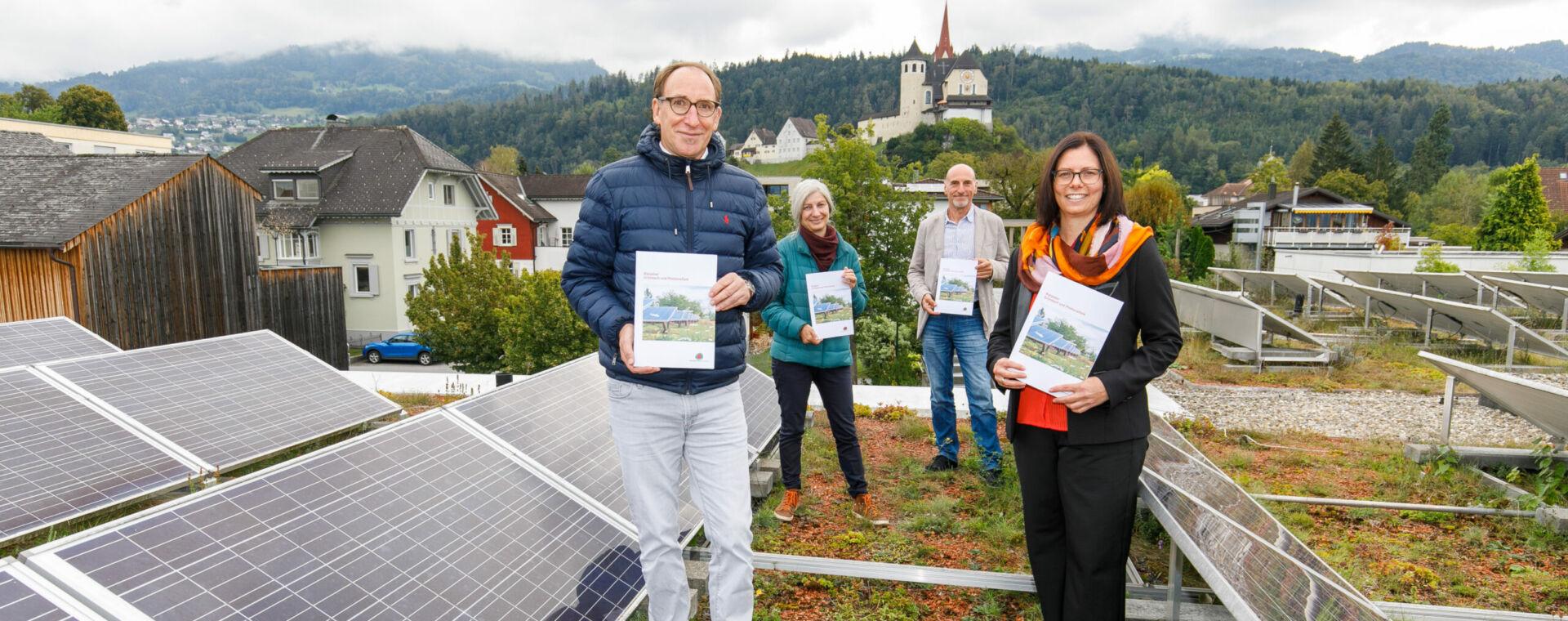 Energieinstituts-Obmann Johannes Rauch präsentiert mit Rankweils Bürgermeisterin Katharina Wäss-Krall den neuen Ratgeber PV und Gründach. Bild: Bernd Hofmeister